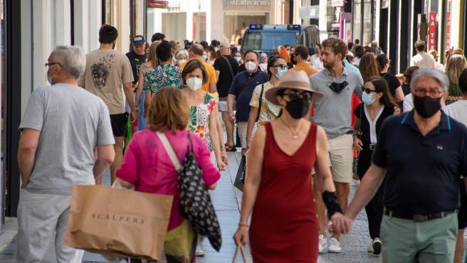 Personas caminando por la calle Tetuán, en el centro de Sevilla.