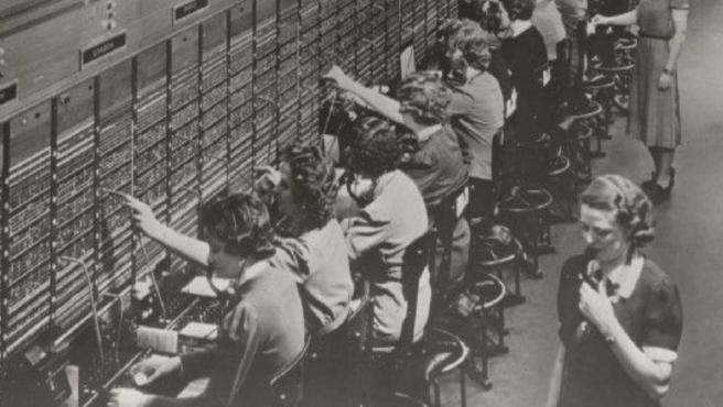 Las telefonistas, casi todas mujeres, se encargaban de conectar llamadas manualmente.