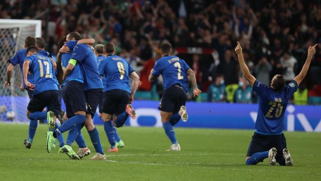 Los jugadores de Italia celebran su clasificación para la final de la Eurocopa.