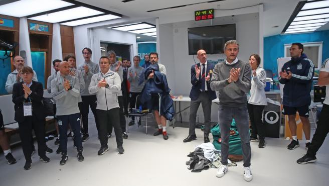 Luis Enrique, en el vestuario de Wembley hablando con sus jugadores tras el partido