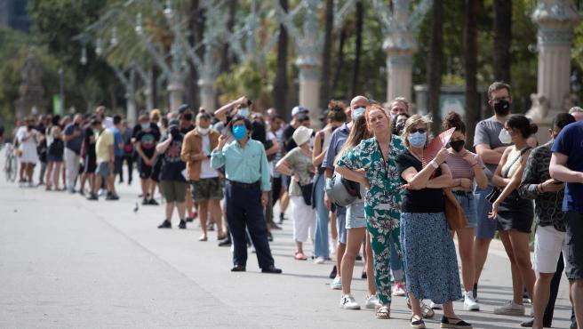 Personas haciendo cola este miércoles en Arc de Triomf (Barcelona) para ser vacunadas en un punto móvil sin cita previa.