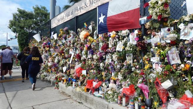 Flores y mensajes en memoria de las víctimas del edificio derrumbado en Surfside, Miami-Dade (Florida, EE UU).