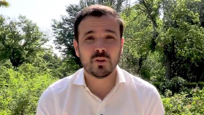El ministro de Consumo, Alberto Garzón, ha pedido a los españoles que cambien la dieta porque comen carne de forma excesiva y eso perjudica a su salud y a la del planeta: el 14,5 % de las emisiones de gases de efecto invernadero proviene de la ganadería, especialmente de las macrogranjas, según ha señalado.