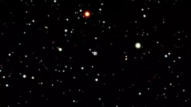 La estrella SMSS J200322.54-114203.3. (centro, con punto de mira) en la esquina sureste de la constelación de Aquila (el Águila) cerca de la frontera con Capricornio y Sagitario.