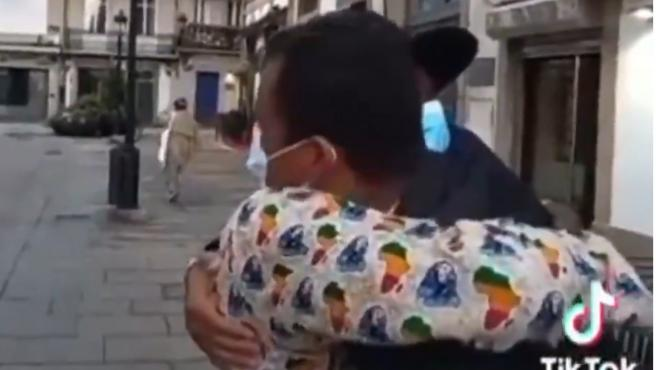 Un amigo de Samuel abraza al senegalés que intentó ayudarlo.