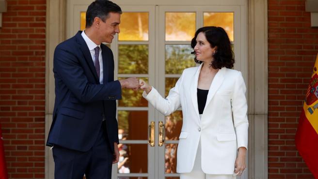 El presidente del Gobierno, Pedro Sánchez, junto a la mandataria madrileña, Isabel Díaz Ayuso.