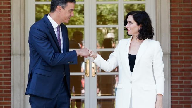 El presidente del Gobierno, Pedro Sánchez, y su homóloga en la Comunidad de Madrid, Isabel Díaz Ayuso, este viernes en Moncloa.