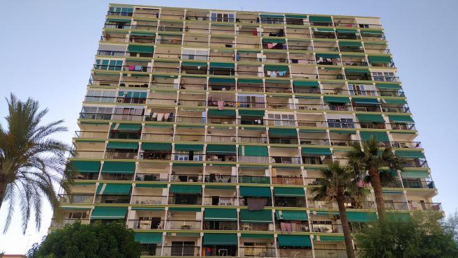 Un edificio de apartamentos con toldos verdes.