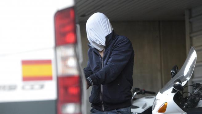Uno de los acusados como presuntos autores de la paliza que causó la muerte a Samuel Luiz sale del juzgado.