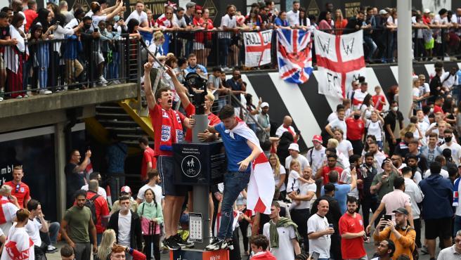 Hinchas ingleses en Londres antes de la final de la Eurocopa