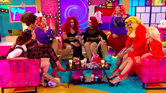 Las reinas con sus hermanas drag esperando la decisión de los jueces.