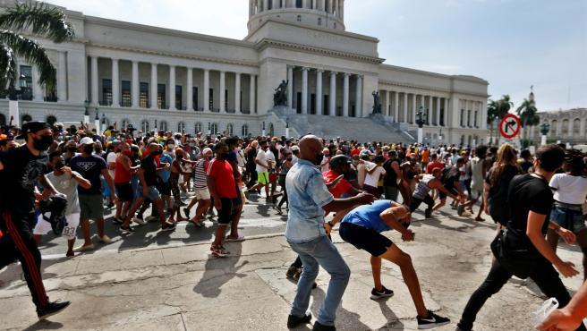 Enfrentamientos entre manifestantes y partidarios del Gobierno frente al Capitolio de Cuba, en La Habana, durante una protesta contra el Ejecutivo cubano.