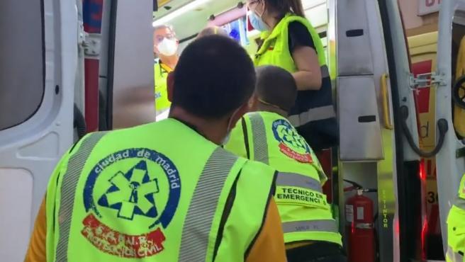 Los sanitarios atienden a uno de los heridos en el interior de una ambulancia.