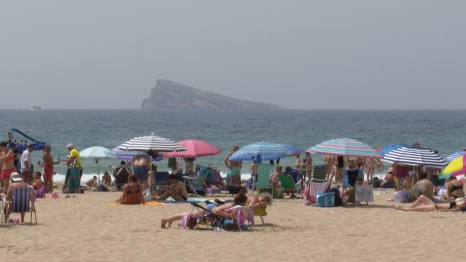 Turistas se refrescan en la playa de Benidorm en la ola de calor