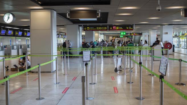 Viajeros en el aeropuerto Adolfo Suárez Madrid-Barajas de Madrid.
