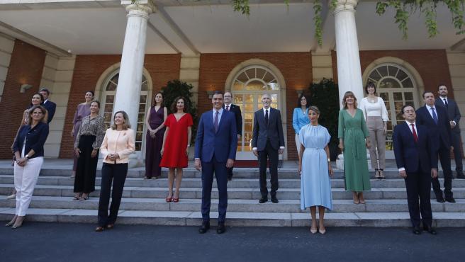 El presidente del Gobierno, Pedro Sánchez, ha presidido este martes, en el Palacio de la Moncloa, la foto de familia de su nuevo Ejecutivo, tras la remodelación ministerial que desveló el pasado sábado.