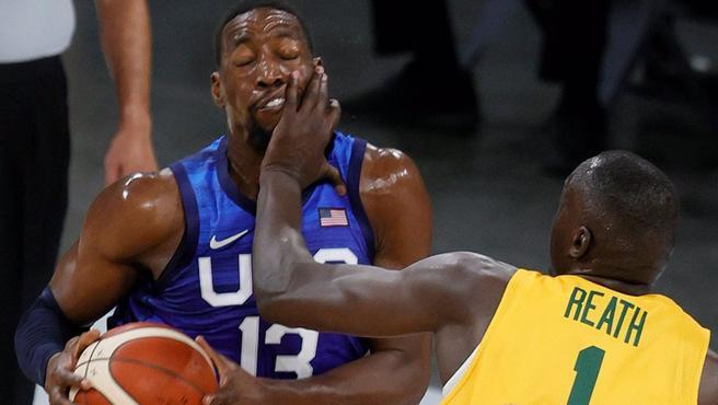 El jugador de Estados Unidos Bam Adebayo recibe un golpe en el rostro.