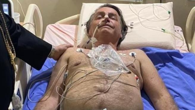 Bolsonaro, en el hospital, en una foto publicada en su perfil de Twitter.