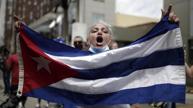 Cubanos que viven en Costa Rica exigen intervención militar de Estados Unidos en la isla.