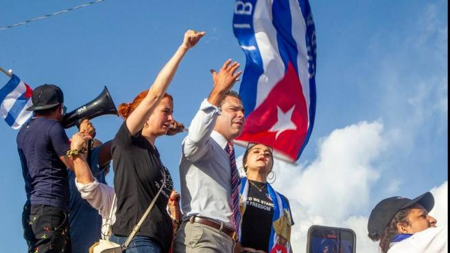 El alcalde de Miami, Francis Suárez, en apoyo a unos manifestantes en Cuba.