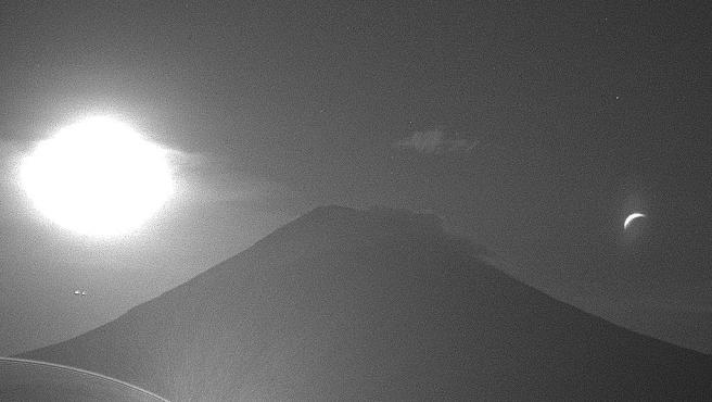 Captura de la cámara de vigilancia del volcán Popocatépetl durante la noche.