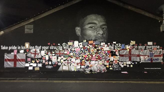 El mural dedicado a Marcus Rashford en Manchester se ha convertido en lugar de peregrinaje.