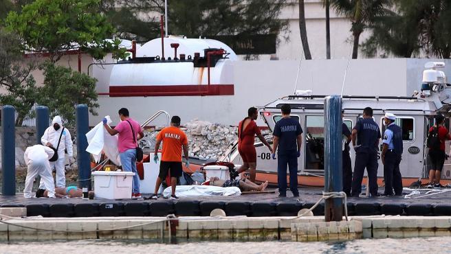 Los forenses trasladando los cuerpos de tres turistas víctimas del naufragio de una lancha en Isla Mujeres, estado de Quintana Roo. .