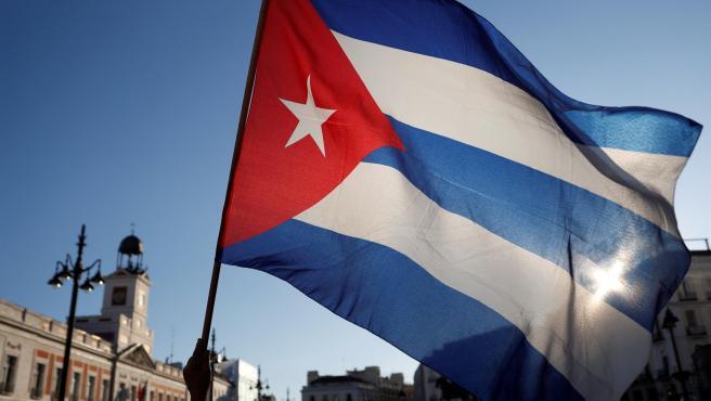 """Varias personas participan en la concentración """"Por una Cuba libre"""" frente embajada de Cuba."""
