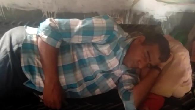 Purkharam, de 42, se pasa 25 días al mes durmiendo.