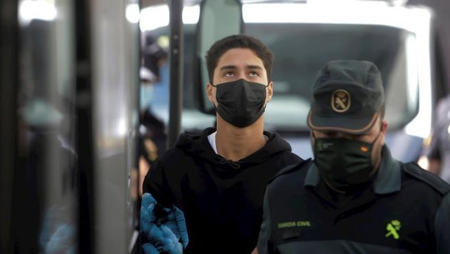 """Uno de los tres jóvenes mayores de edad encarcelados la brutal paliza que mató al joven Samuel, en A Coruña, ha declarado esta mañana ante los medios que era """"inocente"""". Lo ha hecho a la salida de los juzgados de A Coruña, donde la jueza ha ratificado a prisión provisional, comunicada y sin fianza para los tres detenidos. Uno de los tres jóvenes mayores de edad encarcelados la brutal paliza que mató al joven Samuel, en A Coruña, ha declarado esta mañana ante los medios que era """"inocente"""". Lo ha hecho a la salida de los juzgados de A Coruña, donde la jueza ha ratificado a prisión provisional, comunicada y sin fianza para los tres detenidos."""