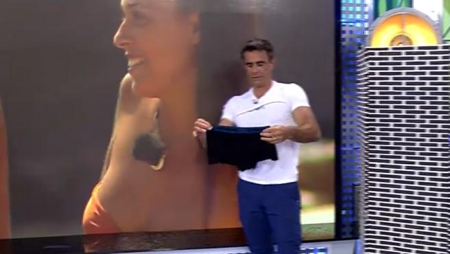 Alonso Caparrós con los calzoncillos que ha puesto a la venta.