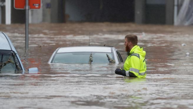 Un hombre camina entre el agua que inunda la ciudad belga de Verviers