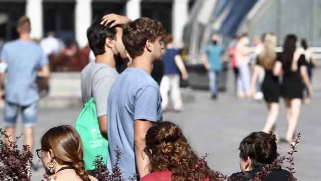 Peatones en Madrid sin mascarilla, en junio de 2021.