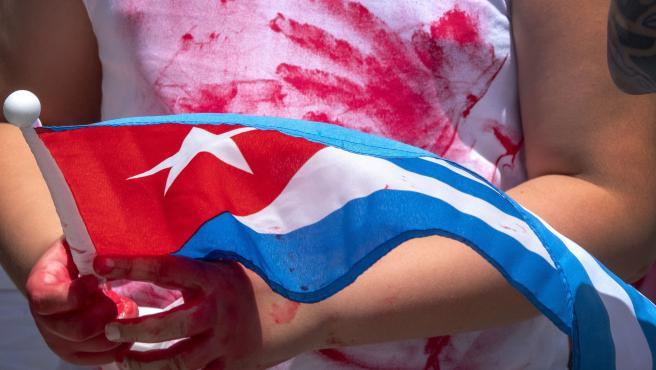 Manifestante en Miami en apoyo de los protestas en Cuba.
