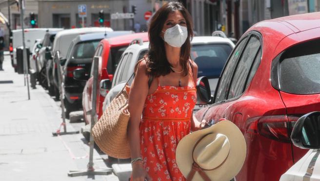 La periodista Sara Carbonero camina por las calles de Madrid,