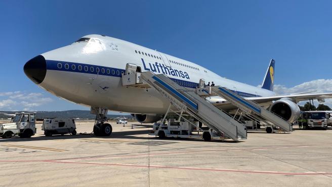 El Lufthansa 747-8 llega a Palma con cientos de turistas.