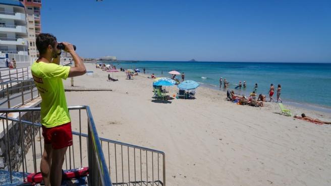 La bandera roja ondea este sábado en tres playas de Cartagena y la amarilla en cinco playas de Águilas y Cartagena