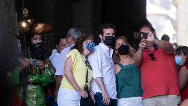 El presidente del Partido Popular, Pablo Casado, sale de la Catedral de Santiago de Compostela.
