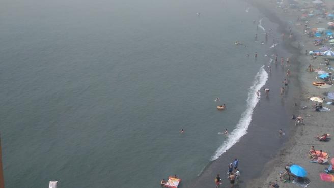 Las playas de Málaga capital pasan a bandera amarilla por el taró