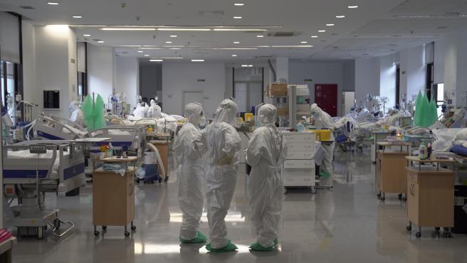 El aumento de los contagios de coronavirus de las últimas semanas se refleja ya, y de forma cada vez más evidente, en un incremento de las hospitalizaciones a causa de la COVID-19.   En la última semana, los pacientes en planta han aumentado un 65% y los registrados en Unidades de Cuidados Intensivos lo han hecho en un 45%, con lo que el total de personas ingresadas se sitúa en la actualidad en 6.482 -casi 1.500 más que el viernes-.