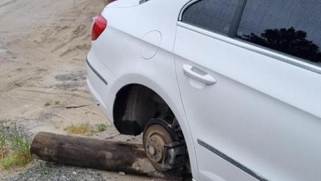 Coche con un neumático robado.