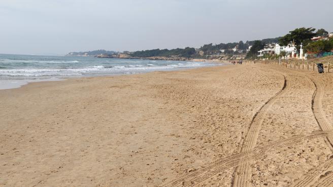 La playa Llarga de Tarragona, donde ha fallecido un hombre de 86 años este lunes.