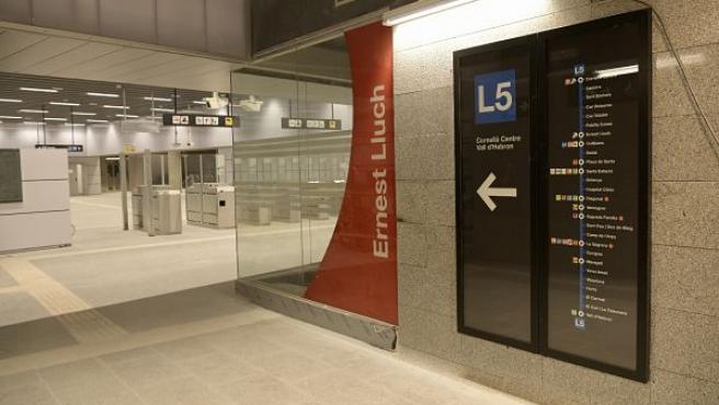 Vestíbulo de la nueva estación Ernest Lluch de la L5 del metro de Barcelona.