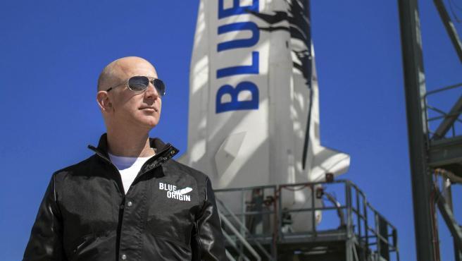 Hoy será el día en el que Jeff Bezos ponga rumbo al espacio. El fundador de Amazon se mostraba emocionado, horas antes de emprender el vuelo. Será hoy a las 3 de la tarde, hora española. Un viaje que rompe varios records. En la nave viajan una piloto veterana de 82 años y un estudiante de apenas 18, que se convertirán en las personas de mayor y de menor edad en viajar fuera de nuestro planeta.