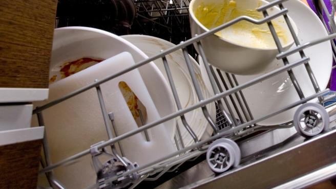 Interior de un lavavajillas lleno de platos.