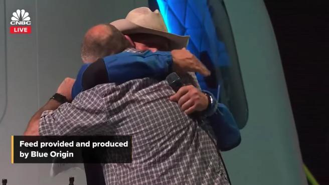 Jeff Bezos y José Andrés se abrazan tras la donación de la Fundación Bezos.