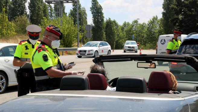 Una patrulla de los Mossos haciendo un control de alcoholemia en la autopista AP-7 en Girona.