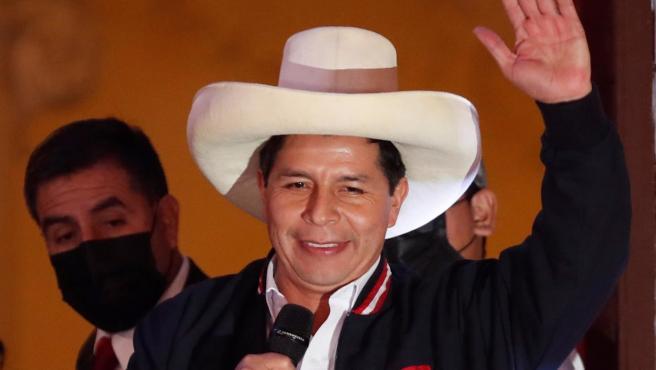 Pedro Castillo saluda tras ser proclamado presidente electo de Perú, en Lima.