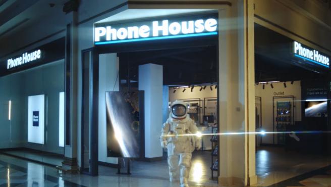 El director general de Phone House se ha vestido de astronauta.
