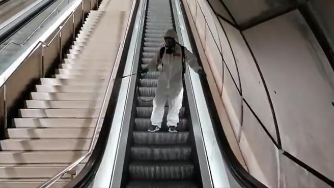 Un empleado 'desinfecta' las escaleras mecánicas del Metro de Bilbao.